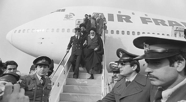 """""""الخميني في فرنسا"""".. كيف اعتلى آية الله عرش إيران!"""